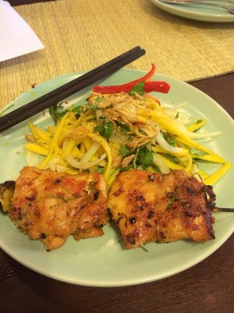 Vy's Market Restaurant & Cooking School: BBQ chicken with mango salad
