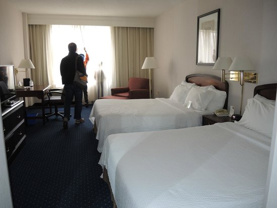 Courtyard by Marriott Toronto Downtown: Room 1714 Clean and spacious.