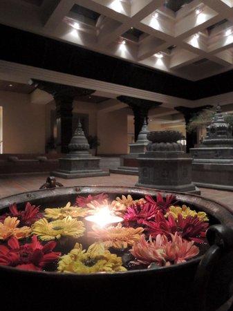 Hyatt Regency Kathmandu: ホテルロビー前