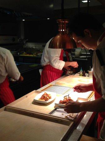Astrid & Gastón: Cozinheiros trabalhando