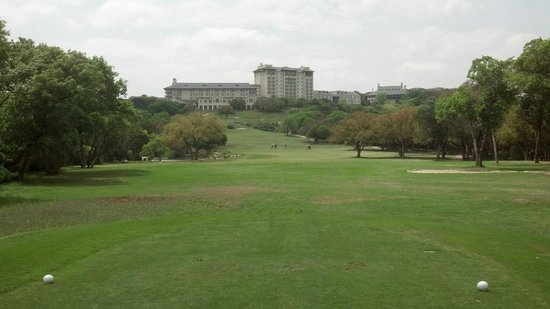 Omni Barton Creek Resort & Spa: Fazio Foothills #18 - Resort in Background