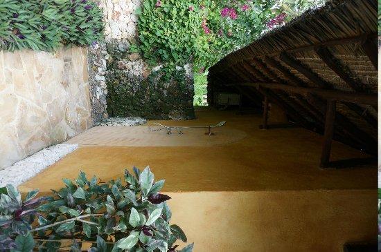 Zanzi Resort: Outdoor shower