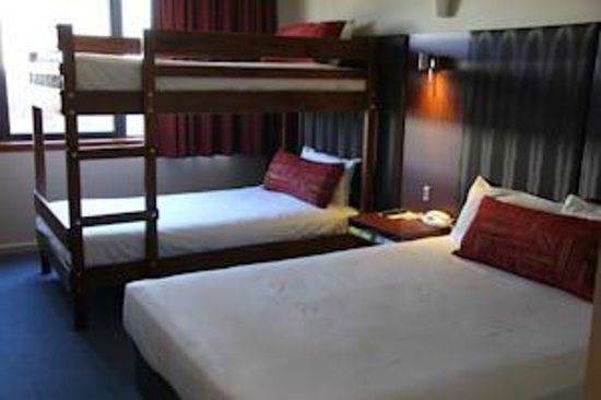 Arkaba Hotel: Queen Bed with King Single Bunk