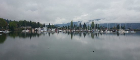 Best Western Plus Hood River Inn: View from the trail of the marina