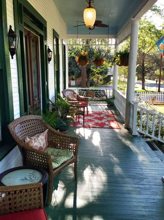 White Oak Manor Bed and Breakfast : Comfy porch to enjoy peace and quiet of Jefferson