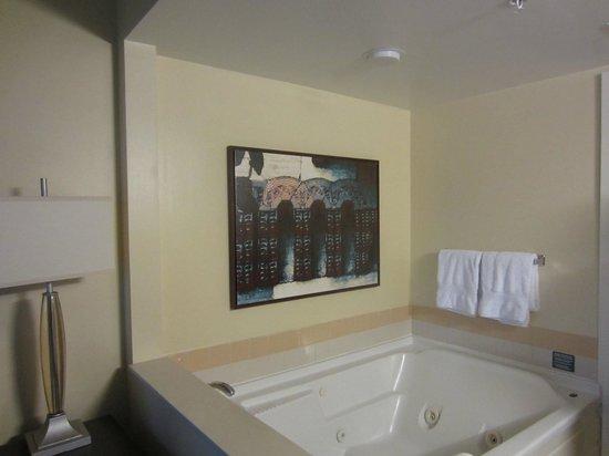 Marriott's Grande Vista : Soaking tub outside of bathroom