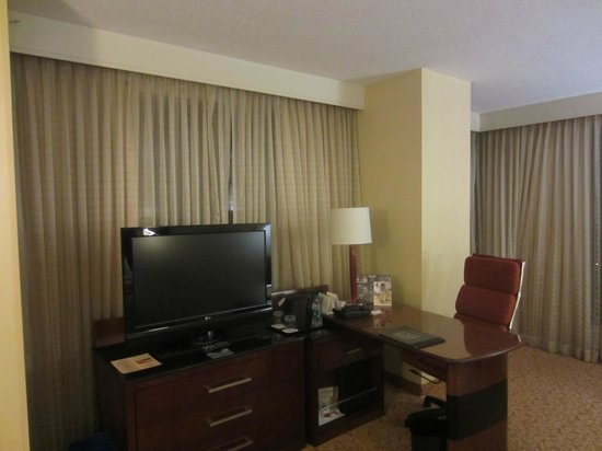 Lancaster Marriott at Penn Square: Flat screen TV and large work space