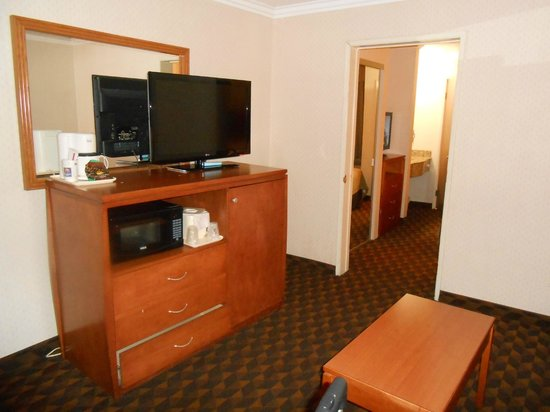 Comfort Inn & Suites LAX Airport: Flatscreen, Microwave, fridge, sofa in sitting room