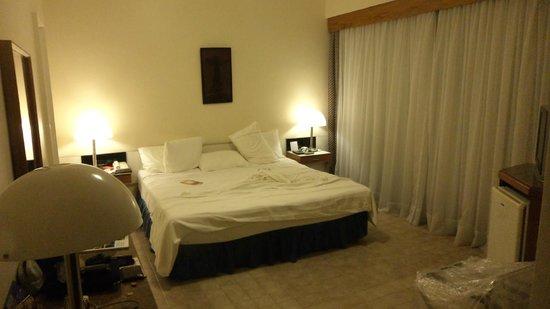 Hotel Savoy Othon: Habitación amplia, ventana interna