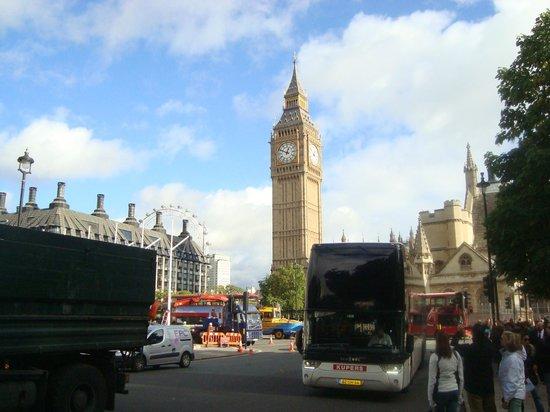 Big Ben (Torre del Reloj): Céu azul e Big Ben.