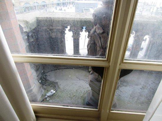 St. Pancras Renaissance Hotel London: Dirty Windows