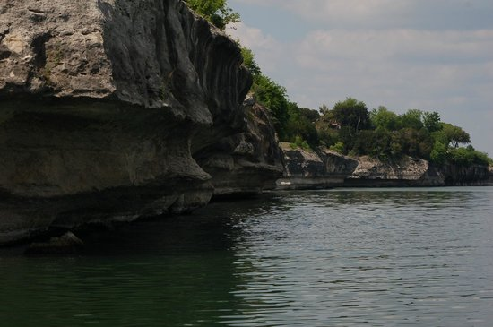 McCown Valley Park: Cliffs just across the lake
