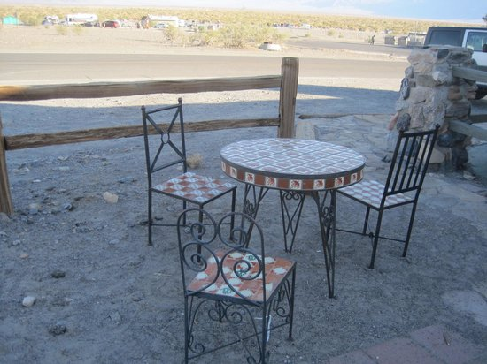 Stovepipe Wells Village Hotel: Outdoor seating