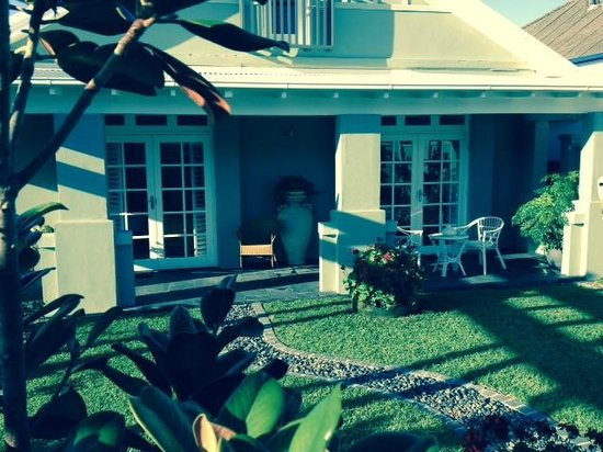 Merewether Beach House B & B : front garden