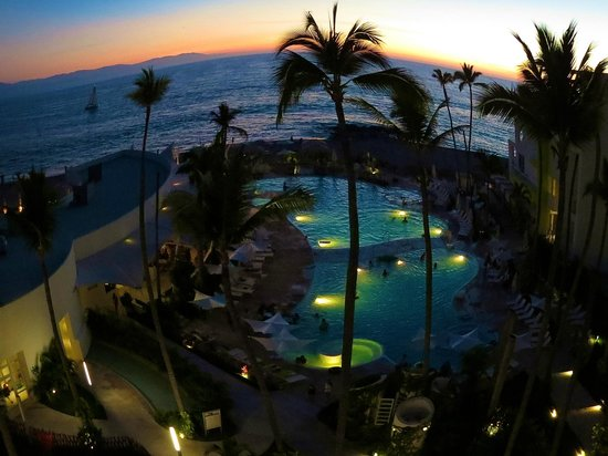Hilton Puerto Vallarta Resort: Pool area during sunset