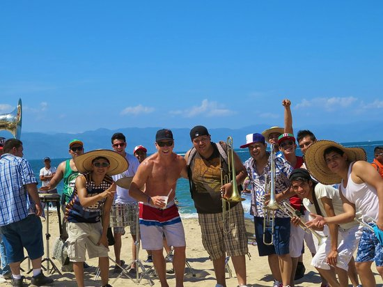Hilton Puerto Vallarta Resort : Band stoping to play a song on the beach