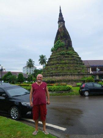 Black Stupa (That Dam) : фото со стороны