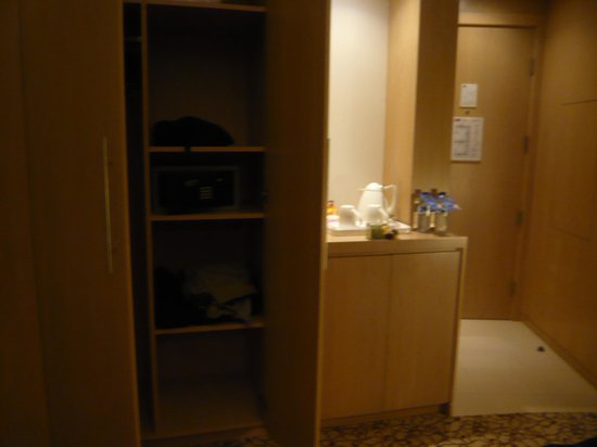 Novotel Suites Dubai Mall of the Emirates: Wardrobe, safe, tea and coffee station looking towards door