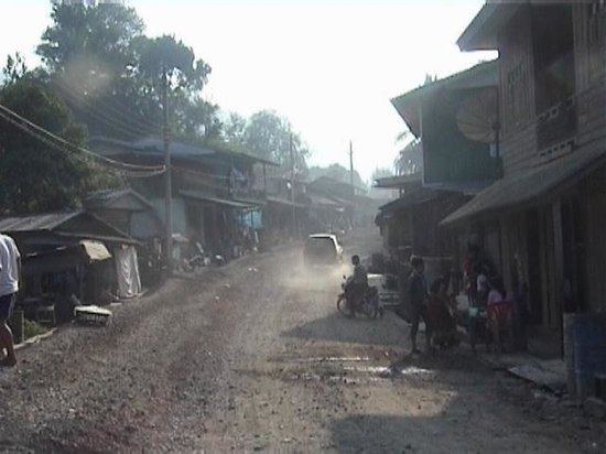 Bounmy Guesthouse: Dusty streets of Pakbeng.