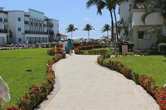 The Royal Playa del Carmen : Jardines y Habitaciones