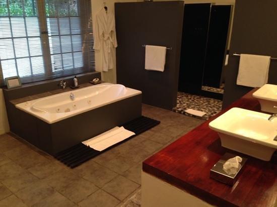 De Kloof Luxury Estate boutique hotel: badkamer impressive