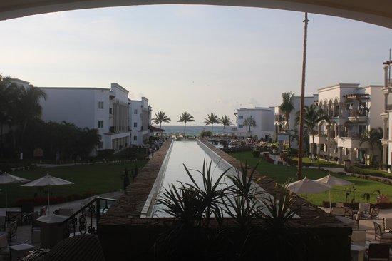 The Royal Playa del Carmen : Vista completa del Hotel, Alberca y Playa