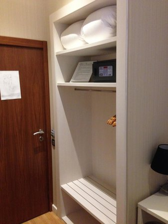 Hostal BCN Ramblas: entrance with closet and safe, which is not secured to the wall