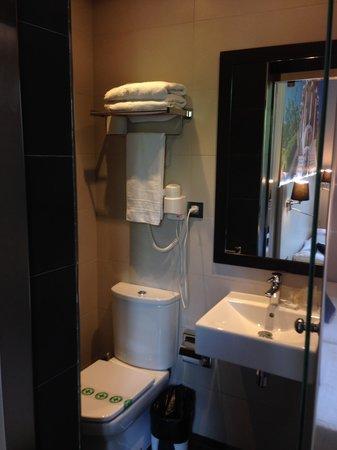 Hostal BCN Ramblas: bathroom