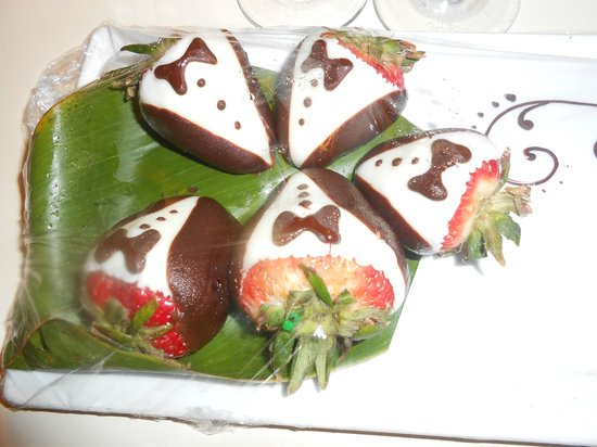 Alohilani Resort Waikiki Beach : Happy Birthday Chocolates presented in Room