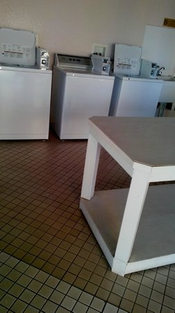 Pacific Beach Hotel : Washers and folding table