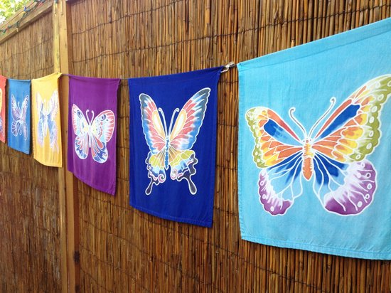 Ocean Breeze Hideaway: Colorful and welcoming banners throughout.