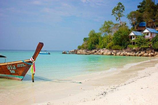 Mali Resort Pattaya Beach Koh Lipe: Taken out the front of the resort
