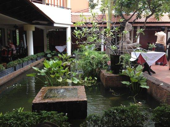 Malis Cambodian Restaurant: Small but attractive garden