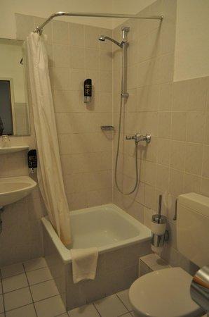 Centro Hotel Royal: Clean Bathroom
