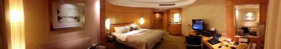 Makati Shangri-La Manila: another bed shot