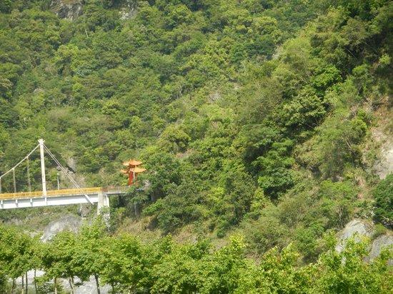 Silks Place Taroko: Bridge and pagoda opp hotel