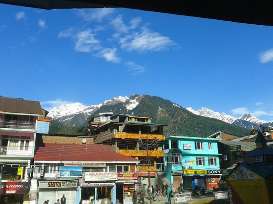 Kunzam Hotel: View of snow peaks from hotel entrance