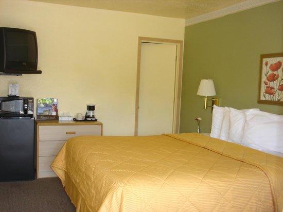 Value Inn Motel : king  bed