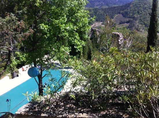 Auberge du Vieux Village : vue sur la piscine depuis la terrasse