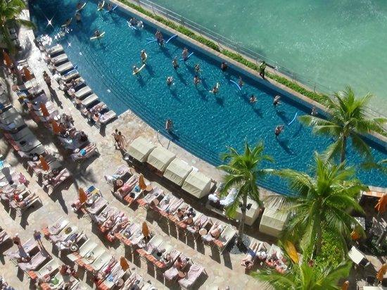 Sheraton Waikiki: 部屋の真下にプール この時プールでヨガ教室してたみたい