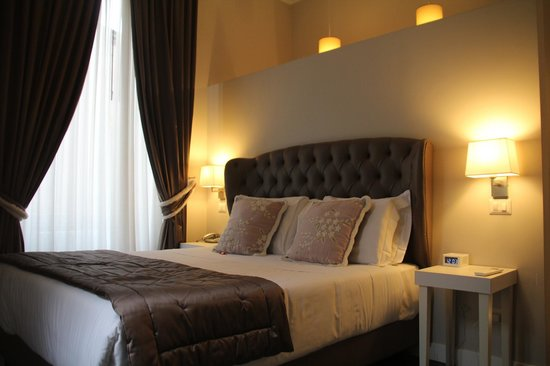 Chic & Town Luxury Rooms : le lit cosy de la suite, super confortable