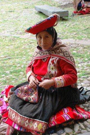 Museo Inka: Lady knitting hats