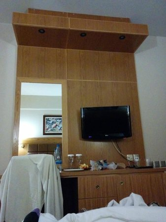Adams Beach Hotel: Καθρέφτης / τηλεόραση
