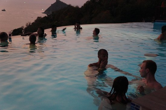 Aminjirah Resort: Pool after sunset