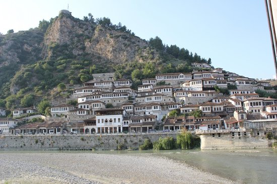 Hotel Muzaka : Вид из номера на древний Берат