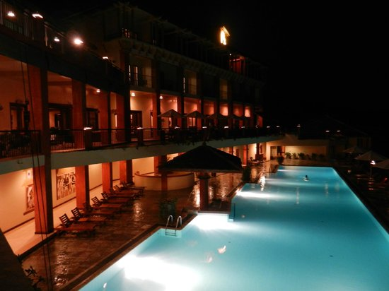 Amaya Hills: La piscine by night