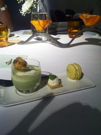 Skab : Premier amuse-bouche : velouté d'asperge, macaron moutarde-mascarpone, croustillant comté brande