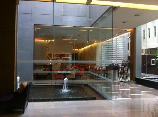 Four Points By Sheraton Bangkok, Sukhumvit 15 : ロビーと食堂 こちらで食事もできます