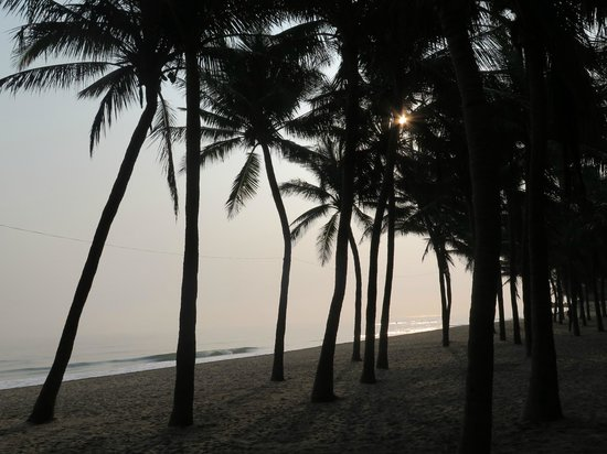 River Beach Resort: A short walk across the road to the beautiful beach