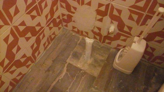 Hotel Nikolas: Tiles missing